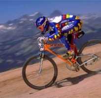 С какой скоростью едет велосипедист в среднем